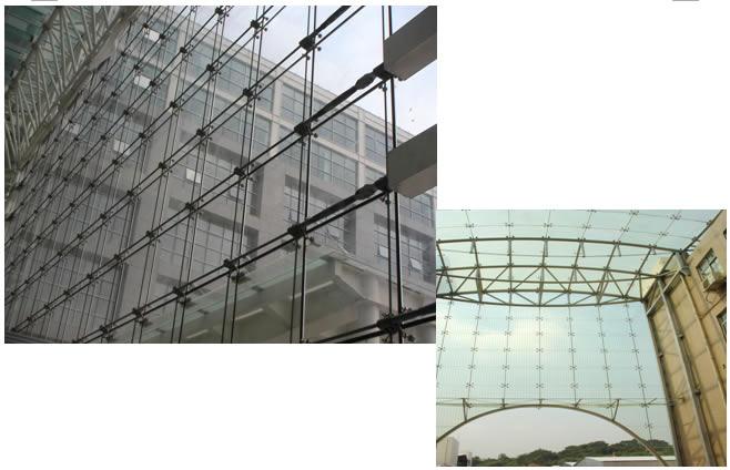 摘 要:本文对一种新型的建筑外维护单层索网结构体系点支式玻璃幕墙作了较为详细的介绍,并对这种新型玻璃幕墙的工作原理,重要节点的设计、制作及预应力形成的施工要点作了阐述。 关键词:索结构、玻璃幕墙、节点、预应力、预张拉 前言 玻璃幕墙作为现代建筑外表皮在一定呈度上是现代建筑的重要符号。有些建筑理论家将当前建筑的趋势总结为光、薄、透,现代建筑师们在进行建筑设计过程中把与人自然的交流,人们的视觉效果已经放到了一个非常重要的位置。建筑师们给玻璃幕墙的设计和制作者们提出了一个又一个新的课题,使玻璃幕墙越来