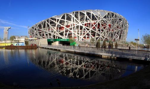 中国当代十大建筑,是当代中国具有广泛影响的地标性建筑。中国当代十大建筑评选由文化部下属中国建筑文化研究会,北京大学文化资源研究中心共同主办。   2014年4月15日,评选启动,并在以新浪网为首的十家大型门户网站上发起公众投票,最终由评委会从二十个候选项目中评出。其中,网友投票占40分,评审委员会占60分。   背景   中国当代十大建筑评选绝不是一次评奖,而是一次对中国当代城市现象的批判。   2014年4月15日,中国著名建筑批评家,第十届威尼斯建筑双年展中国馆策展人王明贤在中国当代十大建筑评